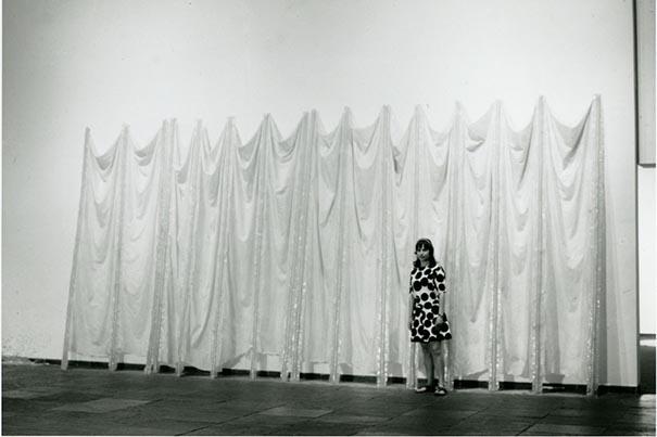 Eva hess l artiste qui a sensualis le minimalisme for Art minimaliste musique